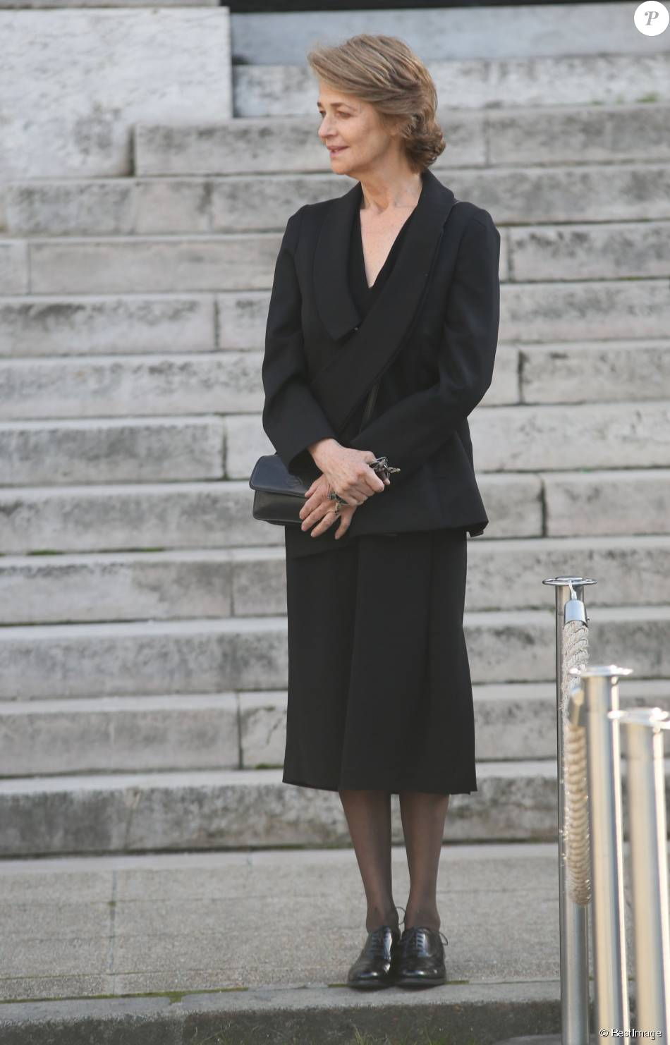 Charlotte Rampling- Obsèques de Jean-Noël Tassez, le compagnon de Charlotte Rampling, au crématorium du cimetière du Père-Lachaise à Paris, le 9 octobre 2015