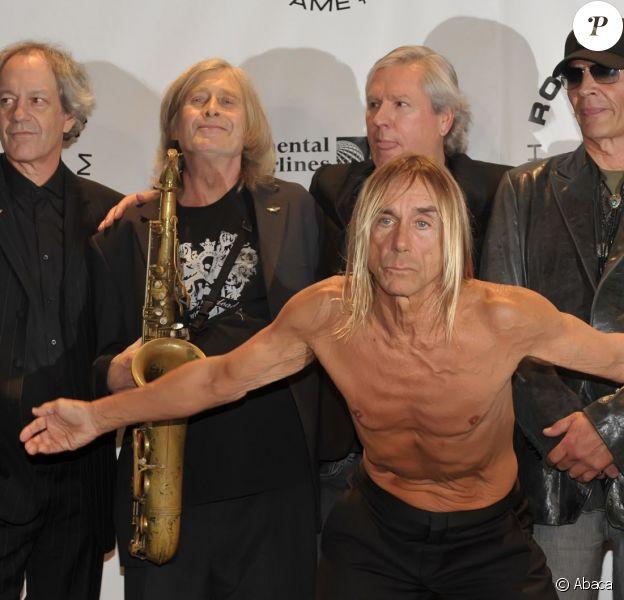 Steve Mackay, James Williamson, Scott Asheton et Mike Watt derrière Iggy Pop - Les membres du groupe The Stooges lors de la 25e édition du Rock And Roll Hall of Fame au Waldorf Astoria de New York, le 15 mars 2010