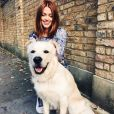 Caroline Receveur prend la pose à Londres avec son chien. Octobre 2015.