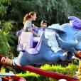 Exclusif - Céline Dion et ses jumeaux  Nelson et Eddy font des tours de manège au Disneyland d'Anaheim en Californie le 15 octobre 2015.