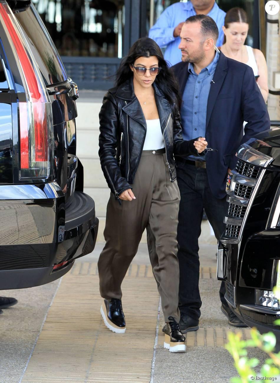 design de qualité 2d3bc f2c82 Kourtney Kardashian quitte le centre commercial Barneys New ...