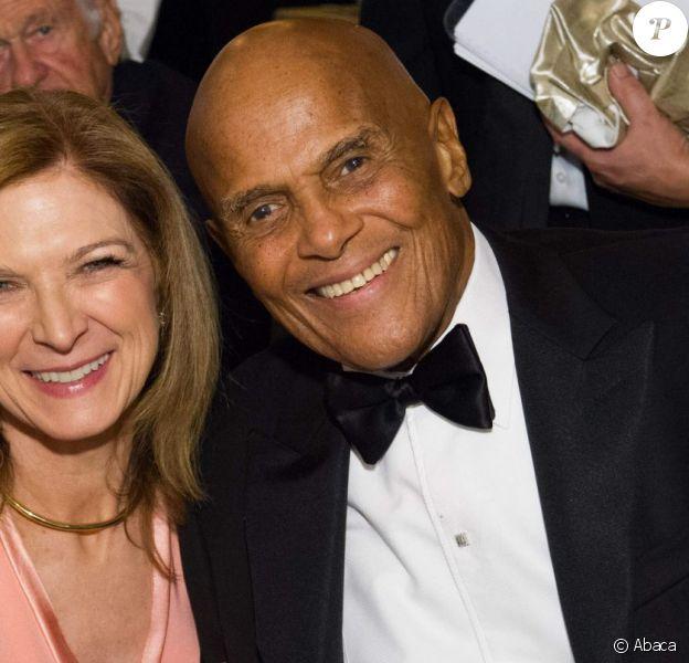 Harry Belafonte, lauréat du Jean Hersholt Humanitarian Award, avec Dawn Hudson lors des 6e Annual Governors Awards à Los Angeles le 8 novembre 2014
