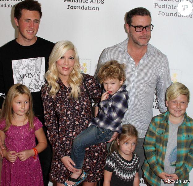 """Jake Glaser (fils de Elizabeth Glaser) avec Tori Spelling, son mari Dean McDermott et leurs enfants Liam, Stella, Hattie et Finn - 26e soirée caritative """"The Elizabeth Glaser Pediatric AIDS"""" à Los Angeles, le 25 octobre 2015"""