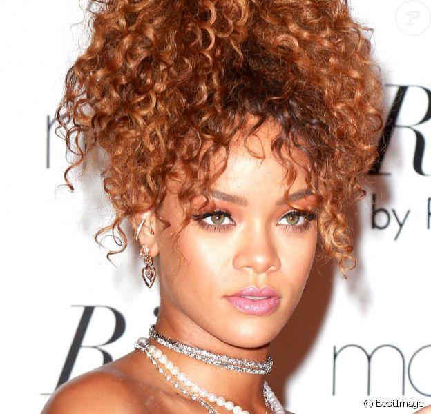 """Rihanna lors du lancement du son nouveau parfum """"RiRi"""" dans la boutique Macy's à New York, le 31 août 2015."""