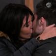 Nathalie et Ali s'embrassent - Quotidienne de  Secret Story 9 , sur NT1, le 22 octobre 2015.