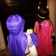 Mariah Carey fête Halloween avec ses enfants, les jumeaux Monroe et Moroccan, déguisés en Batman et Batgirl / photo postée sur Instagram.