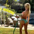 Kate Hudson en bikini pour arroser la pelouse / photo postée sur Instagram.