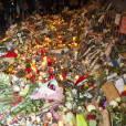 Les parisiens rendent hommage aux victimes des attentats terroristes à Paris le 15 novembre 2015. Des attaques terroristes ont eu lieu simultanément dans six endroits à Paris et à Saint-Denis faisant au moins 130 morts et plus de 300 blessés. L'état d'urgence est en vigueur. © Pierre Perusseau / Bestimage