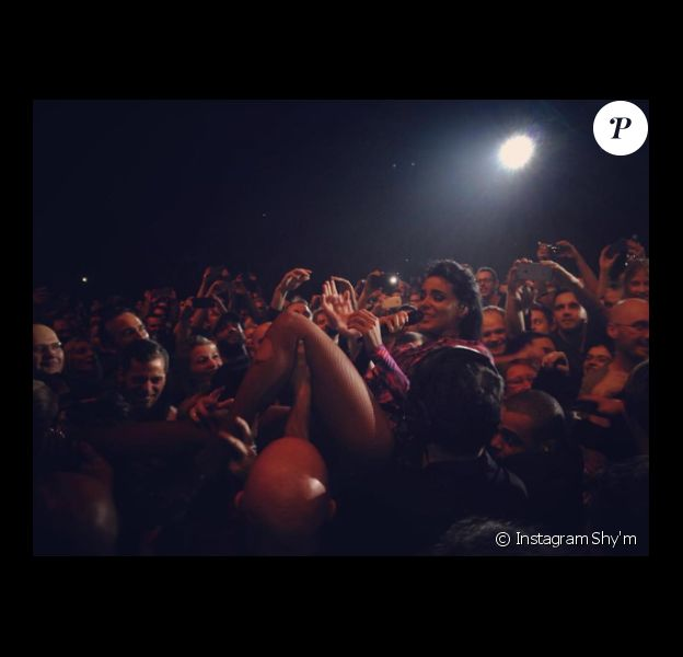 Shy'm au milieu du public de l'AccorHotels Arena, à Paris, le mardi 17 novembre 2015.