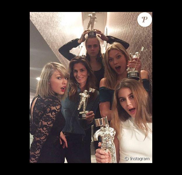 Taylor Swift a offert les récompenses remportées par son clip Bad Blood à Cindy Crawford (accompagnée de sa fille Kaia Gerber), Cara Delevingne et Karlie Kloss / photo postée sur Instagram.