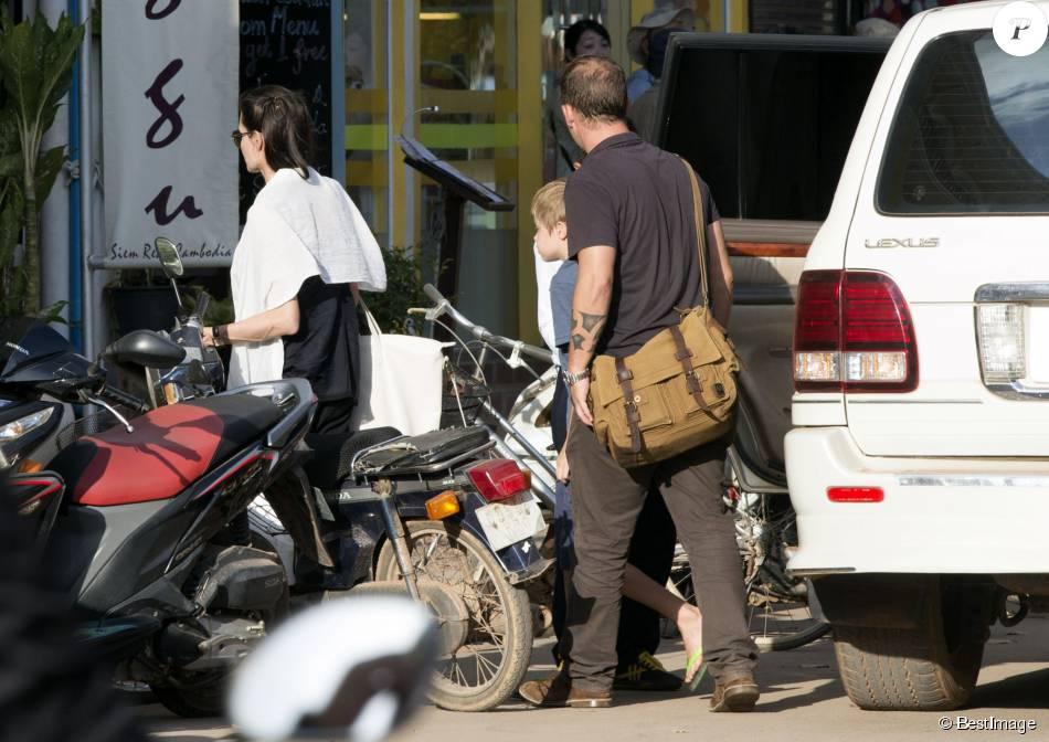 Exclusif - Angelina Jolie, sa fille Shiloh Jolie-Pitt et une amie à elle, se rendent dans une librairie à Siem Reap au Cambodge, le 12 novembre 2015.