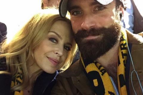 """Kylie Minogue : Le jeune Joshua Sasse, bourru mais """"in love"""" de la popstar"""