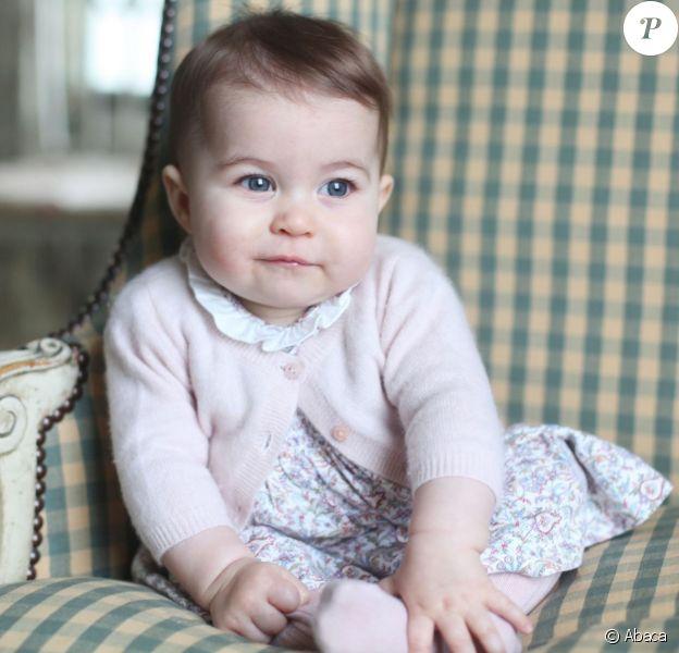 La princesse Charlotte de Cambridge, 6 mois, prise en photo par sa mère Kate Middleton, duchesse de Cambridge, en novembre 2015 à Anmer Hall, à Sandringham.