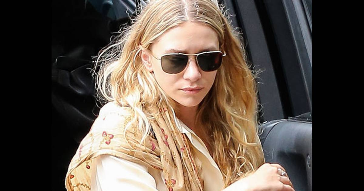 ashley olsen suivie de sa soeur jumelle mary kate qui fume une cigarette sort d 39 une voiture. Black Bedroom Furniture Sets. Home Design Ideas