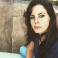 Lana Del Rey semble triste sur une photo d'elle postée sur son compte Instagram à la fin du mois de novembre 2015.