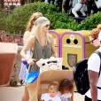 Elin Nordegren et ses enfants Sam et Charlie chez Disney World le 14 juin 2011 à Orlando