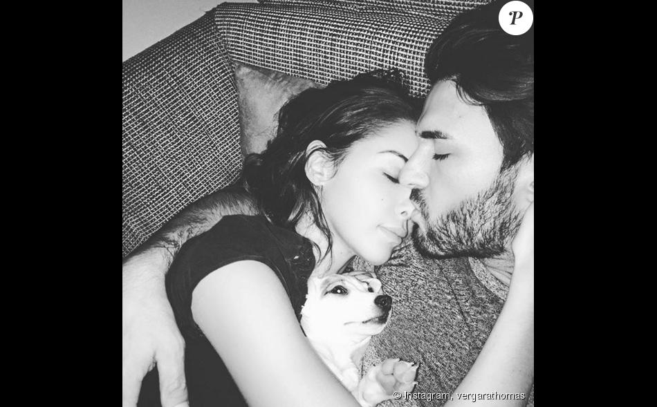 """Thomas Vergara prend une photo avec ses """"deux petites chéries"""", Nabilla et leur chienne Pita. Décembre 2015."""
