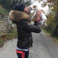 Thomas Vergara s'amuse avec son Ubble Board et la chienne Pita. Décembre 2015.
