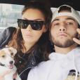 Nabilla prend la pose avec son frère Tarek et son chien Pita. Décembre 2015.