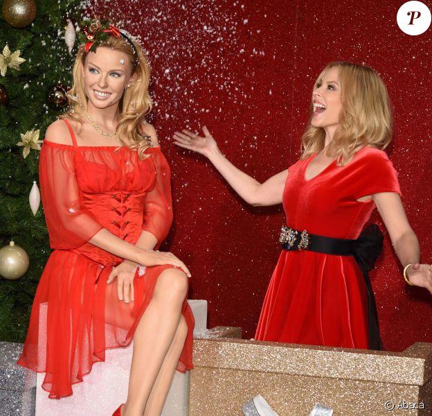 Kylie Minogue inaugure sa nouvelle statue de cire au musée Madame Tussauds à Londres, le 8 décembre 2015.