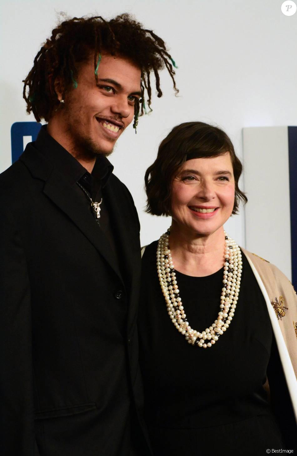 Isabella Rossellini et et son fils Roberto Rossellini Jr à la première de 'Joy' au Ziegfeld Theatre à New York, le 13 décembre 2015.