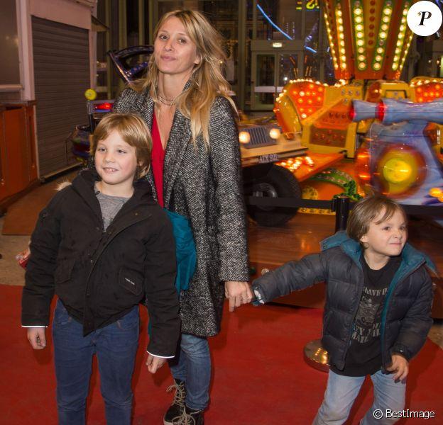 """Sarah Lavoine avec ses enfants Milo et Roman - Inauguration de la 3e édition de """"Jours de Fêtes"""" au Grand Palais à Paris, le 17 décembre 2015."""