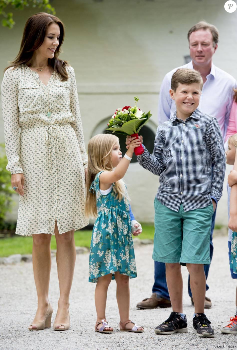 le prince christian et sa soeur la princesse josephine de danemark sous le regard de leur m re. Black Bedroom Furniture Sets. Home Design Ideas