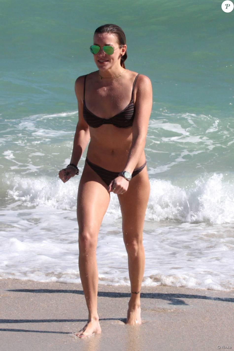 Katie Cassidy profite d'un après-midi ensoleillé sur la plage de Miami. Le 21 décembre 2015.