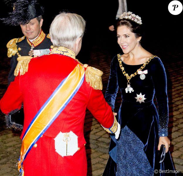 La princesse Mary et le prince Frederik de Danemark arrivent pour le gala du Nouvel An au palais Christian VII à Amalienborg à Copenhague le 1er janvier 2016.