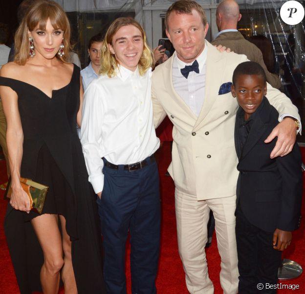 """Guy Ritchie, ses enfants Rocco et David Banda (dont la mère est Madonna), et sa femme Jacqui Ainsley - Avant-première du film """"The Man From U.N.C.L.E."""" au Ziegfeld Theatre à New York, le 10 août 2015."""