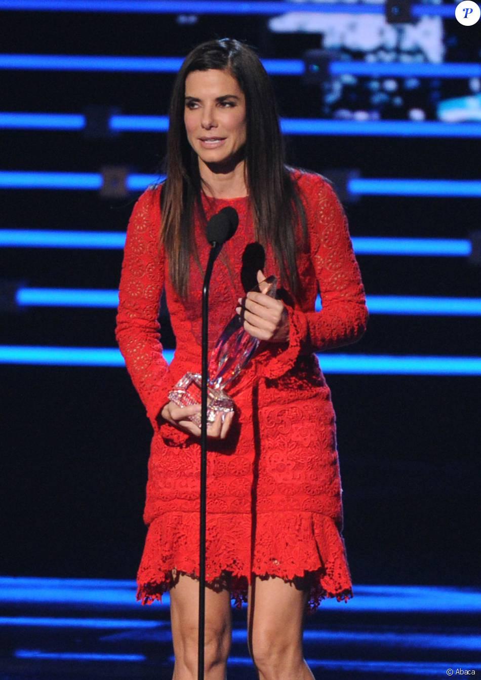 Sandra Bullock lorsqu'elle obtient le prix d'actrice préférée aux People's Choice Awards 2016 à Los Angeles le 6 janvier 2016
