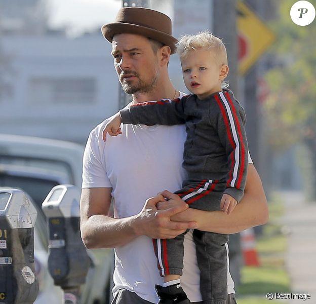 Exclusif - L'acteur Josh Duhamel se promène avec son fils Axl à Brentwood le 17 janvier 2016.