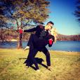 Candice Accola (The Vampire Diaries) et Joe King du groupe The Fray réalisant un de leurs fameux ''dips'' devant un lac, photo Instagram, 2015. Le couple a annoncé le 31 août 2015 attendre son premier enfant.