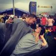 Candice Accola (The Vampire Diaries) et Joe King du groupe The Fray réalisant un de leurs fameux ''dips'' en festival, photo Instagram, 2015. Le couple a annoncé le 31 août 2015 attendre son premier enfant.