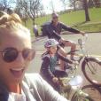 Candice Accola (The Vampire Diaries) et Joe King à vélo en famille, photo Instagram, 2015. Le couple a annoncé le 31 août 2015 attendre son premier enfant.