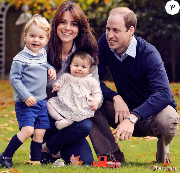 Le prince William et Kate Middleton, duc et duchesse de Cambridge, avec leurs enfants George et Charlotte dans le jardin du Palais de Kensington à Londres fin octobre 2015.