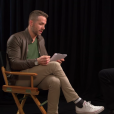 """Ryan Reynolds interviewe Hugh Jackman pour la promotion du film Eddie The Eagle. (capture d'écran)"""
