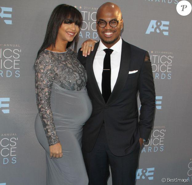 """Le chanteur Ne-Yo et sa compagne Crystal Renay, enceinte lors du 21ème gala annuel des """"Critics' choice Awards"""" à Santa Monica le 17 janvier 2016."""