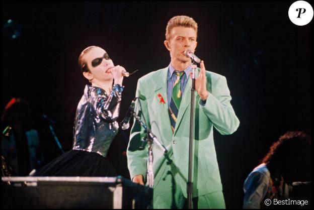 David Bowie et Annie Lennox rendent hommage à Freddie Mercury sur scène en 1992.