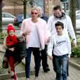 Katie Price avec sa fille Princess, son fils Junior Savva et son mari Kieran Hayler, au théâtre de Woking le 18 décembre 2015