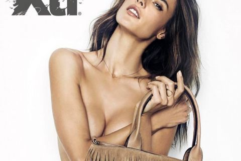 Alessandra Ambrosio, sexy muse d'été, tombe le haut...