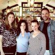 Beverley Mitchell a publié une photo en compagnie de ses anciens partenaires de scène de la série Sept à la maison réunis dans le nouveau restaurant de Jessica Biel sur sa page Instagram, le 27 février 2016.