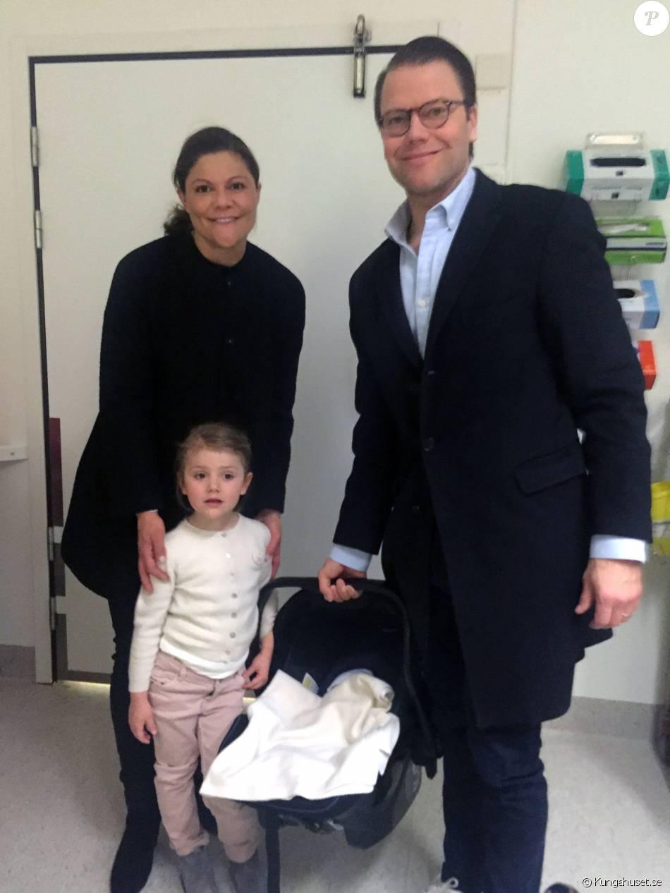 La princesse Victoria de Suède a accouché d'un petit garçon le 2 mars 2016 à 20h28 à l'hôpital Karolinska, au nord de Stockholm. La cour a publié peu après cette première photo.