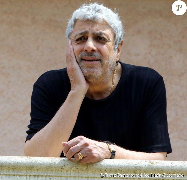 Exclusif - Enrico Macias pose à l'hôtel Mas Bellevue de Saint-Tropez, le 28 juillet 2014.