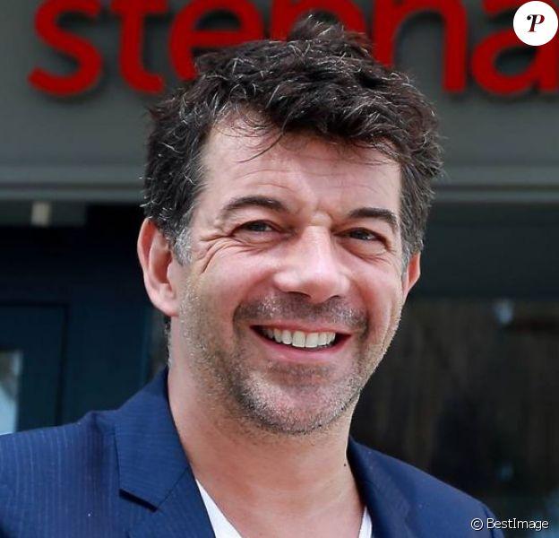 Exclusif - Stéphane Plaza pose devant sa nouvelle agence immobilière à Six Fours, le 1er août 2015.