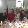 Chrissy Teigen et ses amis ainsi que son chien Pippa lors de sa baby-shower. Photo publiée sur Instagram, le 6 mars 2016.