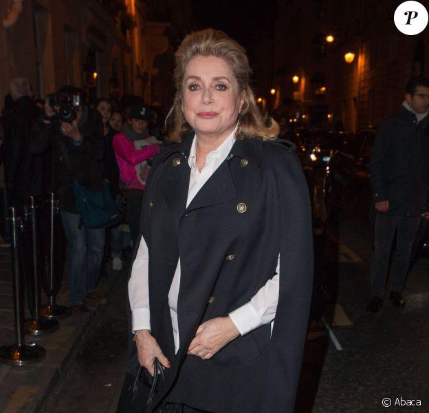 Catherine Deneuve arrive à l'hôtel de Sénecterre pour assister au défilé Saint Laurent. Paris, le 7 mars 2016.