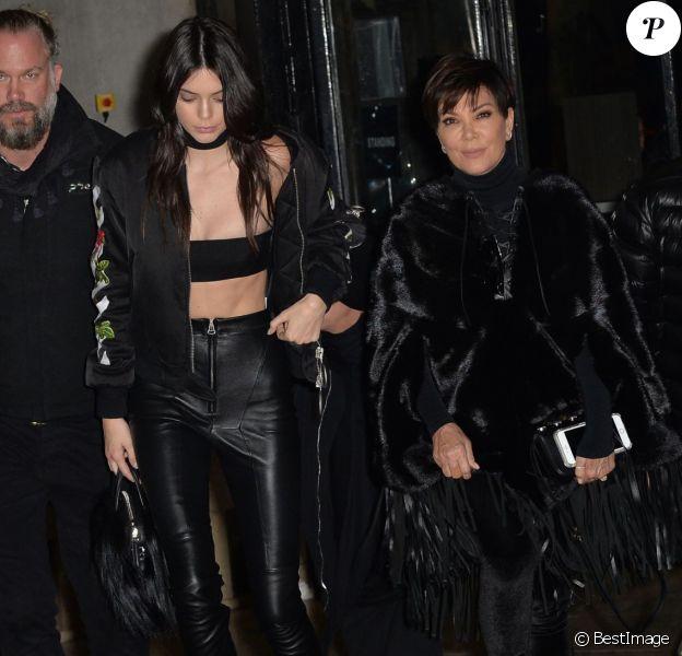 Kris Jenner et sa fille Kendall Jenner arrivent au Palais de Tokyo pour assister au défilé Off-White (collection automne-hiver 2016-2017). Paris, le 8 mars 2016.