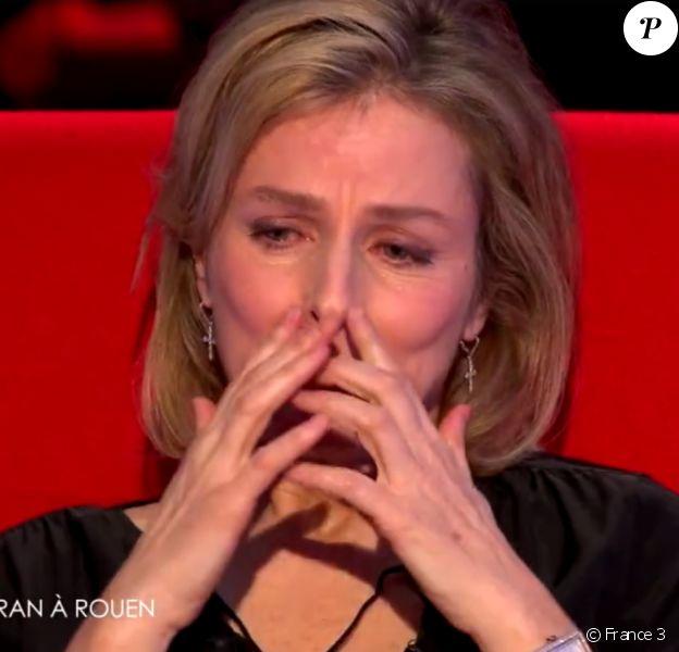 Karin Viard, émue aux larmes dans Le Divan de Marc-Olivier Fogiel, sur France 3 : émission diffusée le mardi 15 mars 2016 à 23h10.