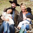 """""""Katherine Heigl, son mari Josh Kelley et leurs deux enfants Nancy et Adalaide ainsi que leur adorable petit chien. Photo publiée sur Instagram au mois de mars 2016."""""""